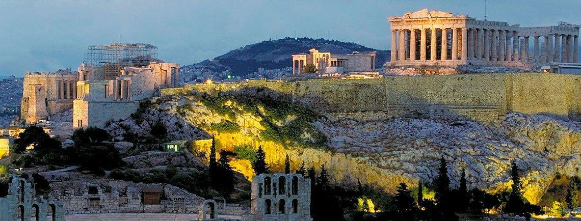 Vista de la acrópolis al anochecer