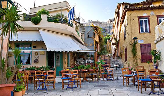 Calles de Atenas con típica terraza de café