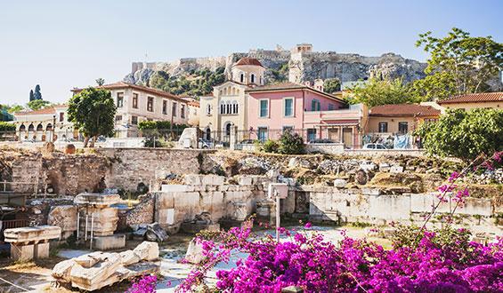 Calles florecidas del barrio Plaka en Atenas