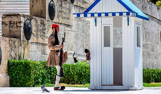 Soldado y su caseta de guardia en el parlamento de Atenas, Grecia