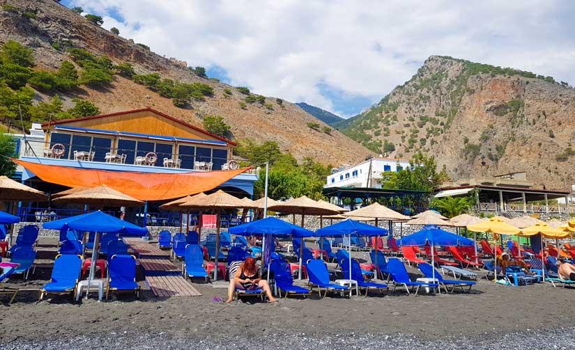 Hamacas y sombrillas en la playa de Agia Roumeli