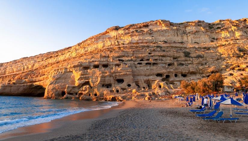 Cuevas en las rocas de la playa de Matala cerca de Heraklion en Creta