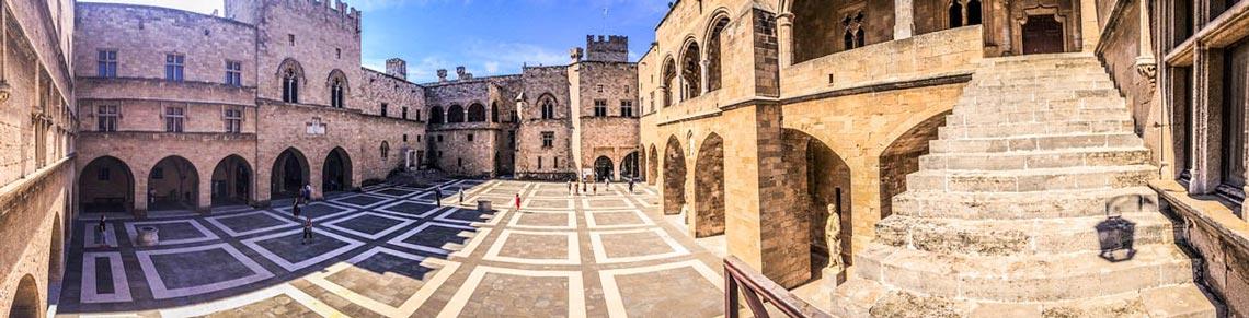 Plaza del palacio del Gran Maestre en Rodas